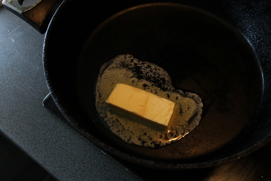 Pannā izkausē sviestu