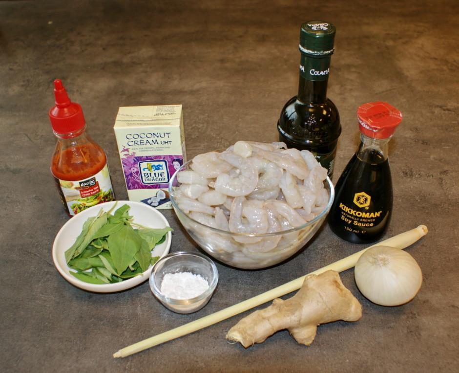 Sakapā ingveru un sīpolu. Sagriež citronzāli apmēram 2 cm li...