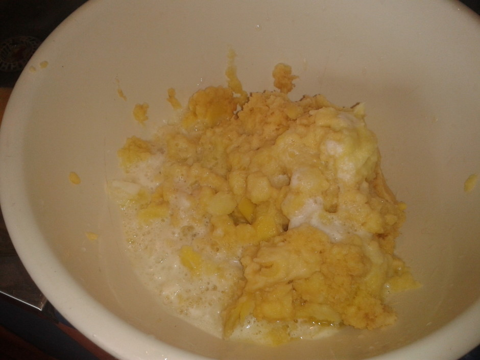 Kartupeļus sasmalcina sulas spiedē, pievieno sīpolus. Sulu,...