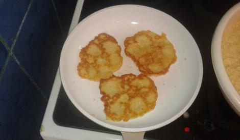 Slinko cilvēku kartupeļu pankūkas ar sieru