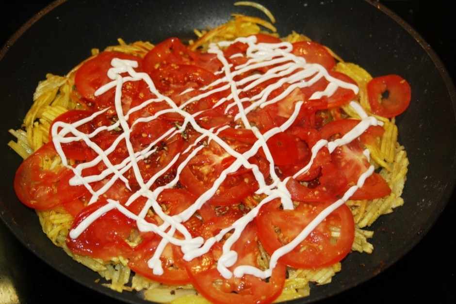 Uz apceptās puses veikli  uzsmērē tomātu pastu, liek tomātus...