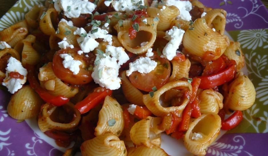 Makaroni ar tomātiem un aitas sieru