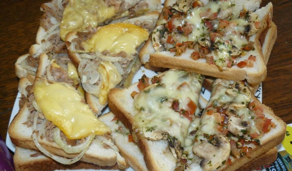 Grauzdēti maizes radziņi ar sieru un tunci