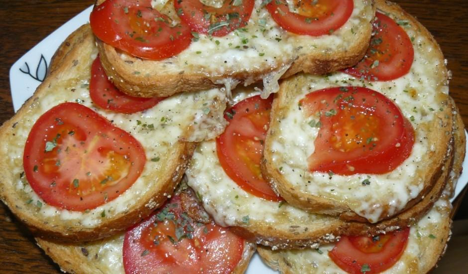Grauzdēta maize ar tomātiem un Mocarellu