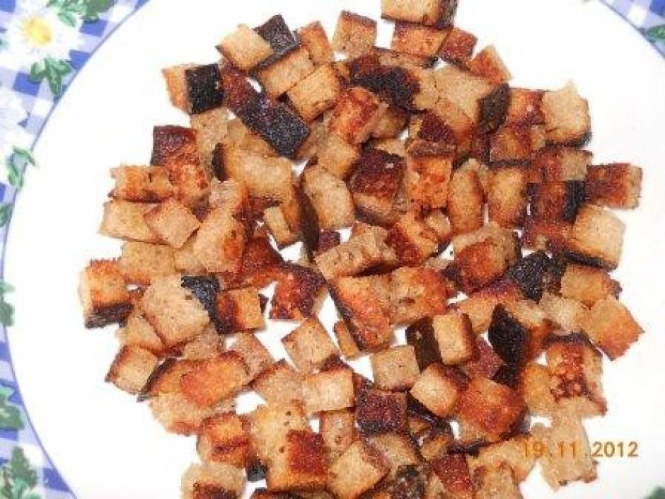Kamēr vārās zupa uz pannas atsevišķi apcep grauzdiņus (kubic...