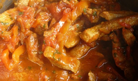 Gaļas strēmelītes paprikas - tomātu mērcē