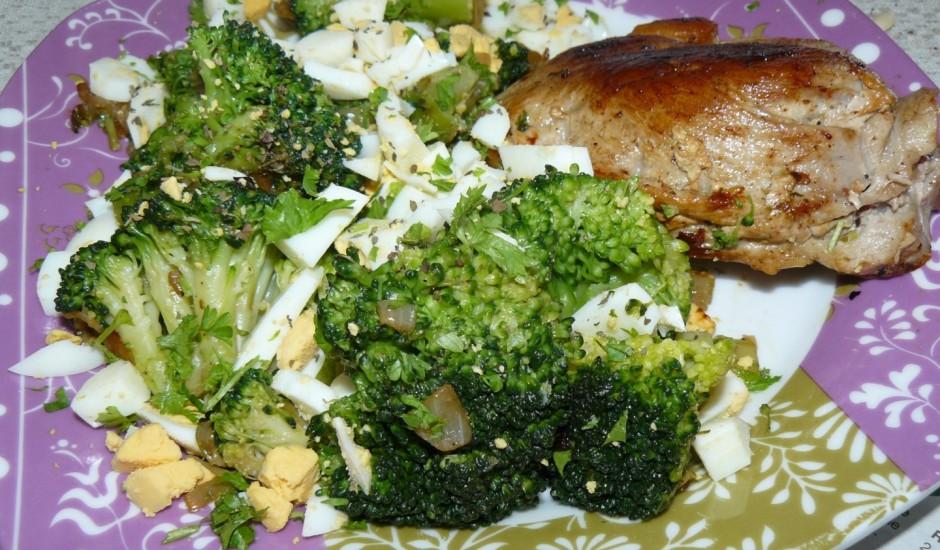 Brokoļi ar olām un garšaugiem