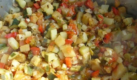 Tomātu un dārzeņu sautējums