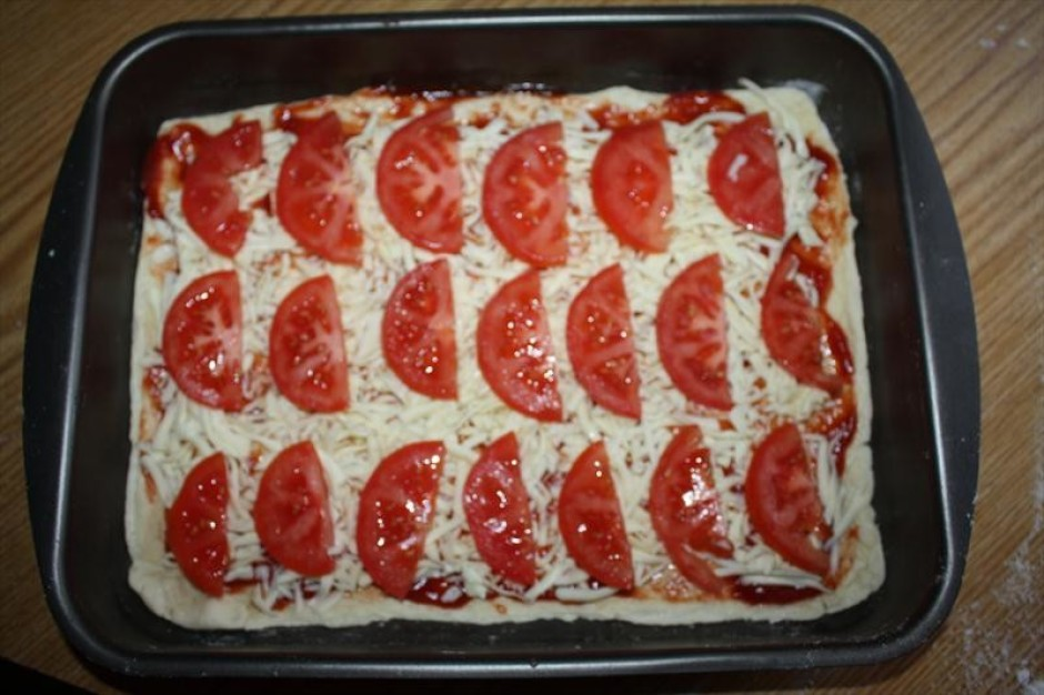 Saliek virsū tomātus.