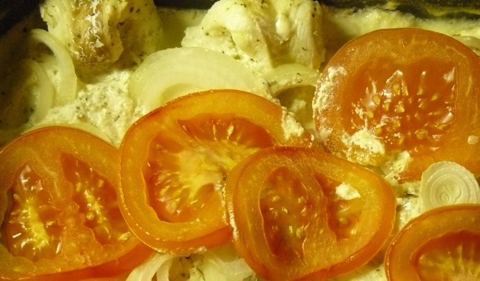 Menca ar sieru, sīpoliem un tomātiem