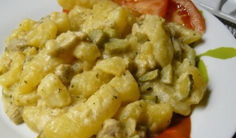 Kartupeļi gurķu un ķiploku mērcē