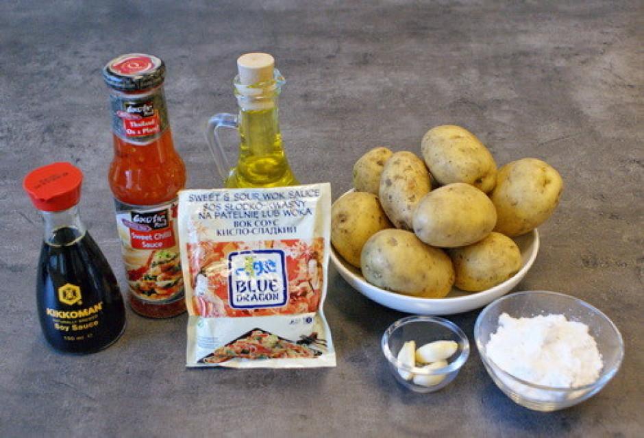 Kartupeļus nomizo, sagriež salmiņos un nosusina uz salvetes.