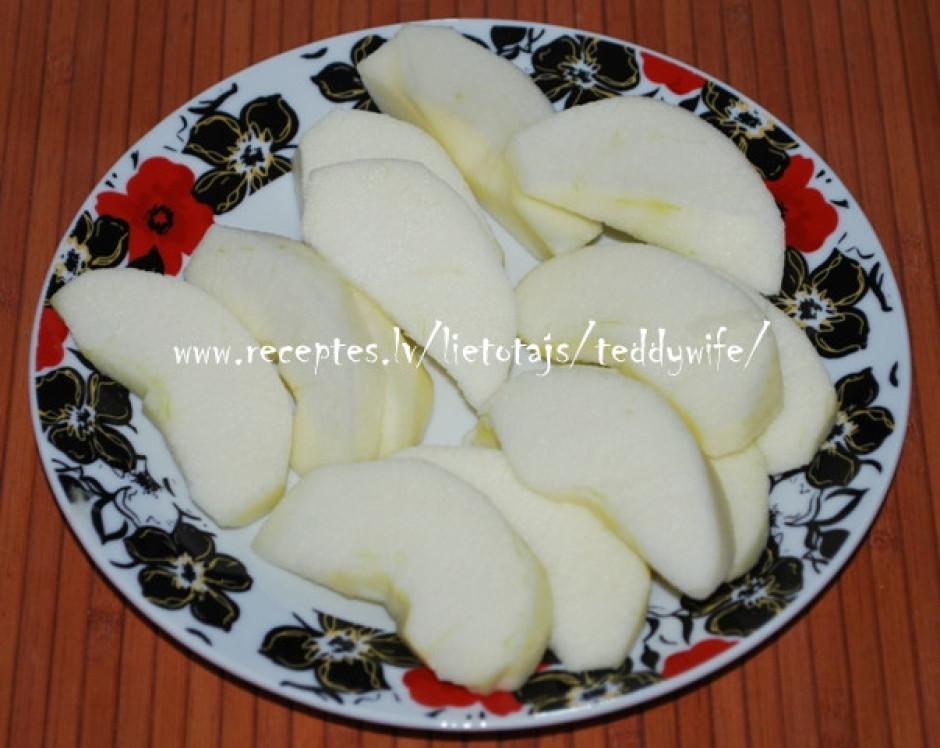 Nomizojam ābolu, izņemam serdi un sagriežam ābolu daiviņās.
