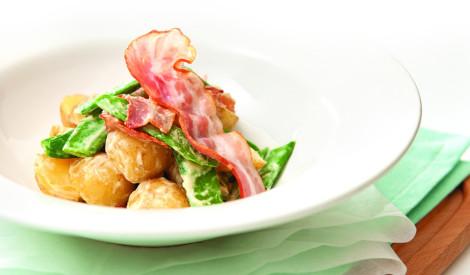 Kartupeļu salāti ar cukurzirņiem un ceptu cauraugušu gaļu