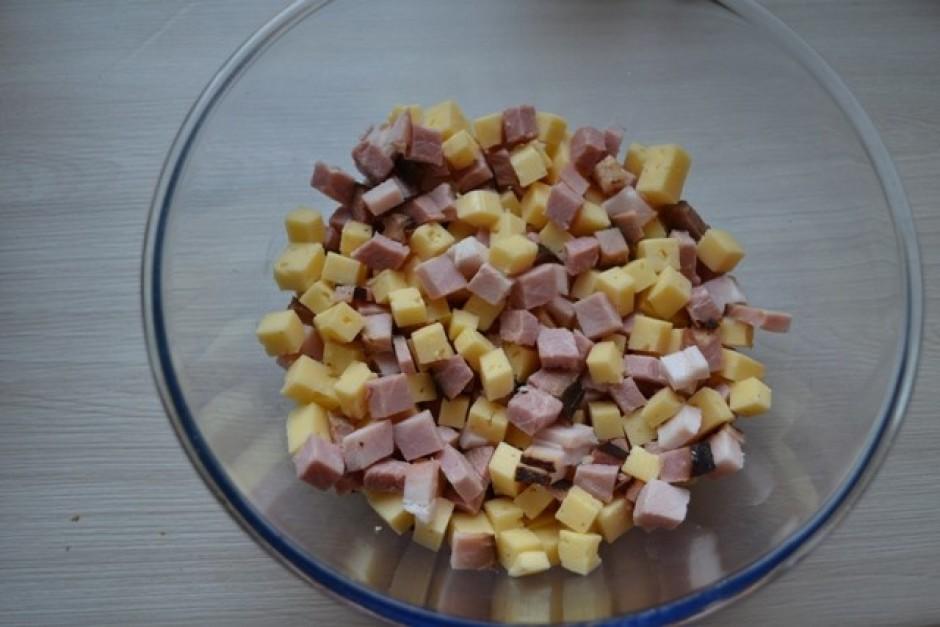 Pa to laiku sagriež sieru un šķiņķi nedaudz mazākos gabaliņo...