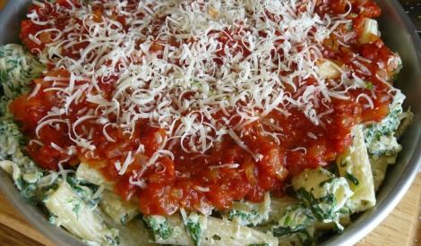 Makaroni ar spinātiem un tomātu mērci