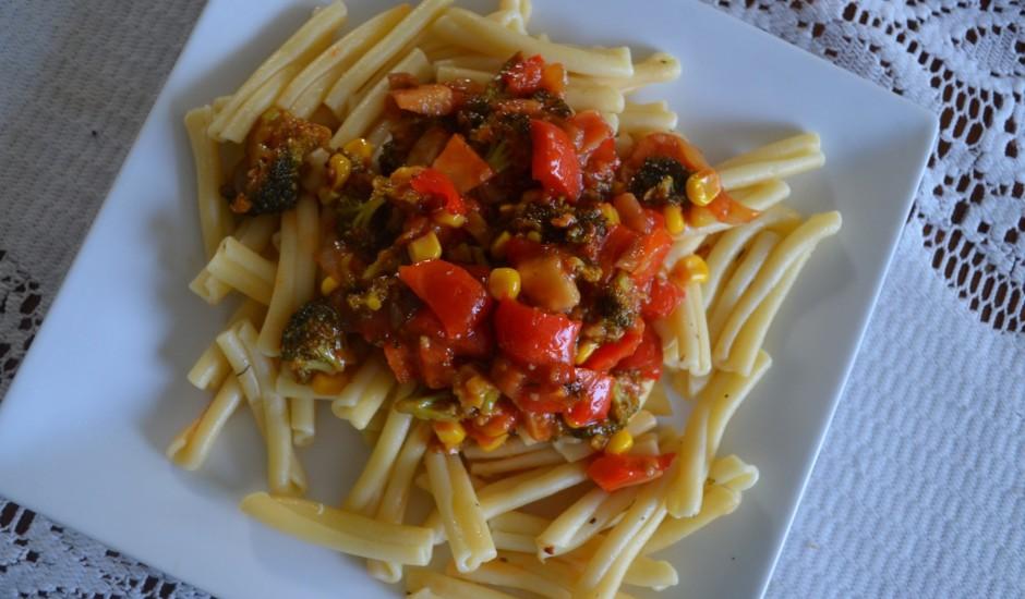 Dārzeņu sautējums ar makaroniem itāļu gaumē