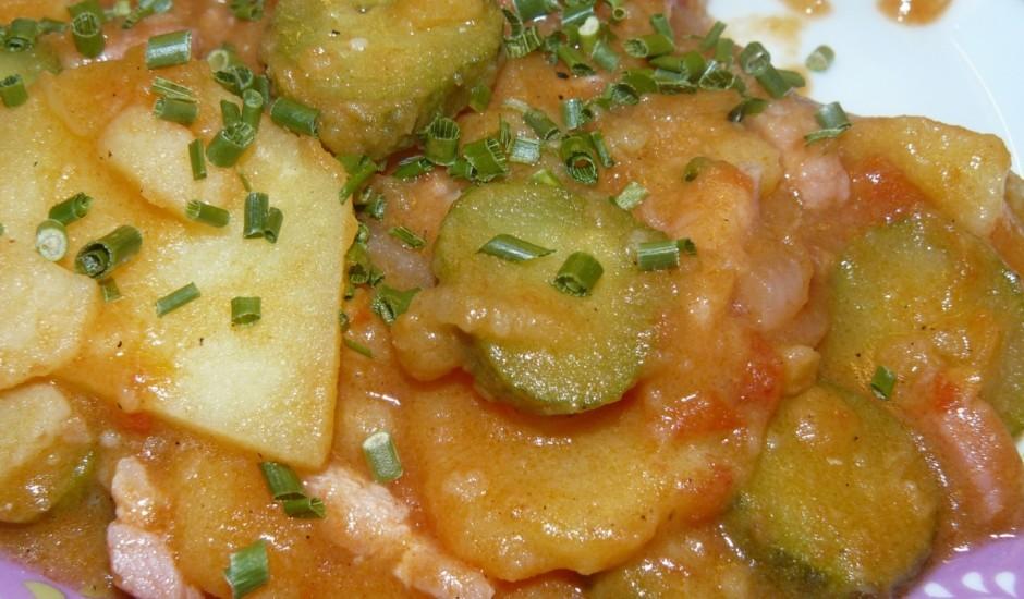 Pannā cepti kartupeļi ar gurķiem