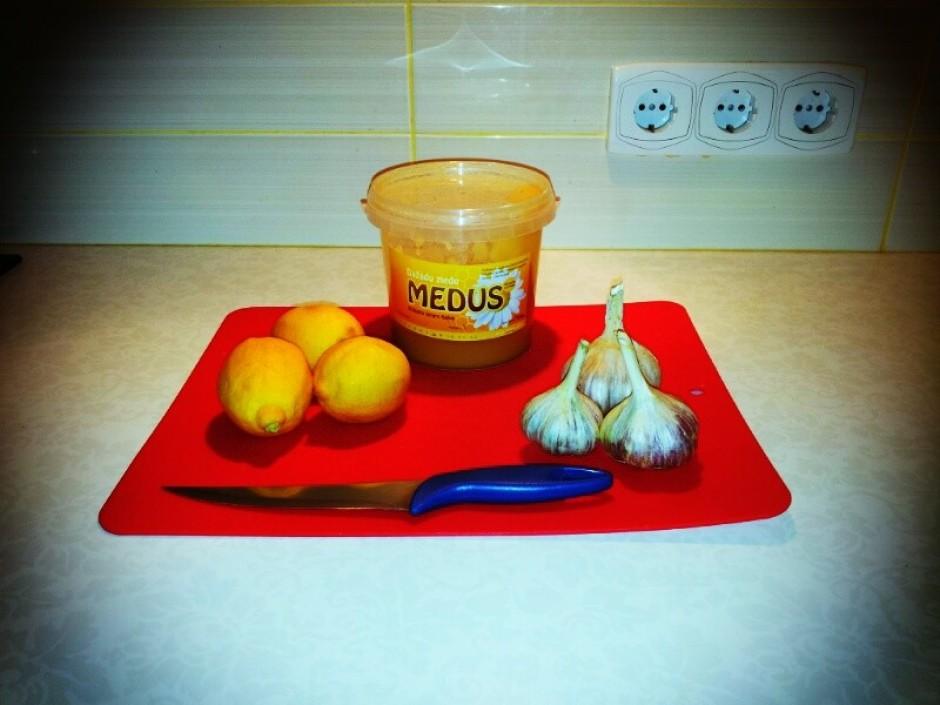 Sagriež citronus šķēlītēs, lai varētu izņemt kauliņus, miziņ...