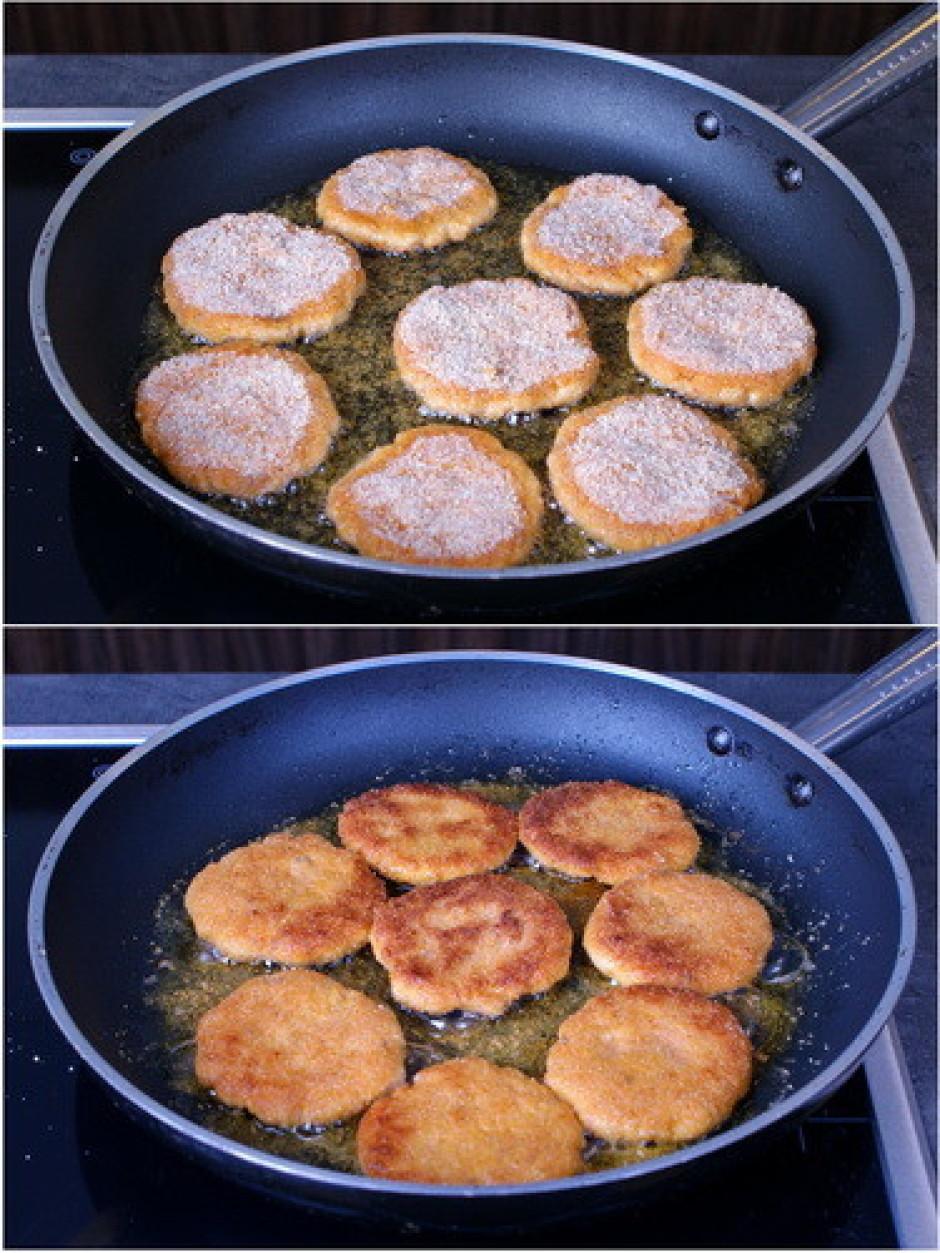Rīvmaizē panētus plācenīšus cep eļļā uz pannas.