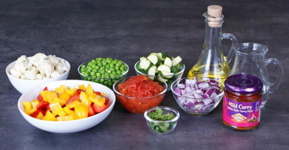 Cukini, tomātus, piparus griež nelielos gabaliņos.