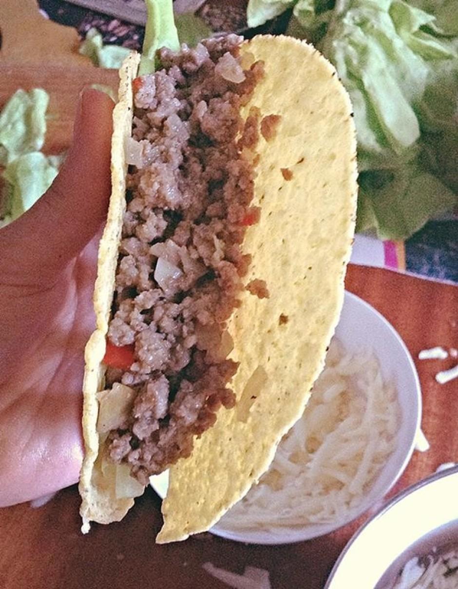 Ņep Taco plāksnes un piepilda ar gaļu ~ līdz pusei.