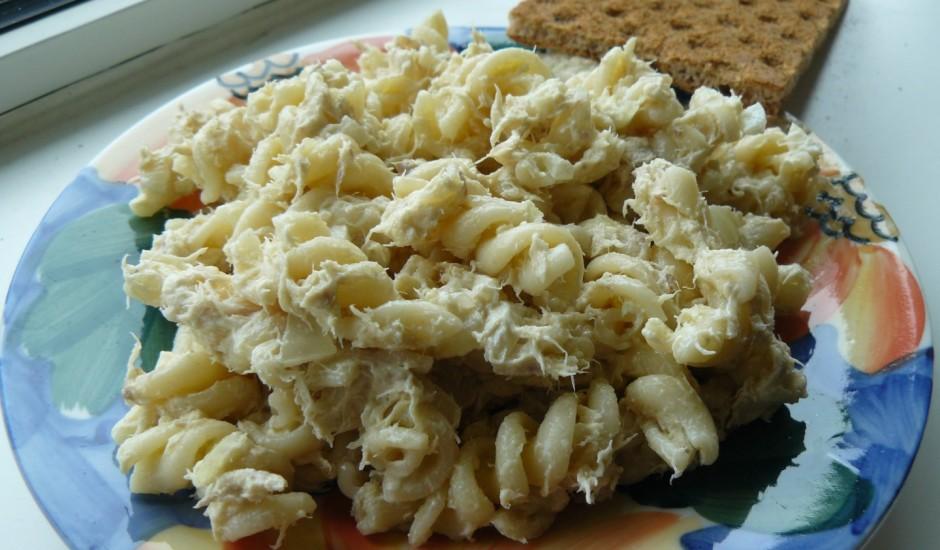 Makaronu salāti ar kūpinātu zivi