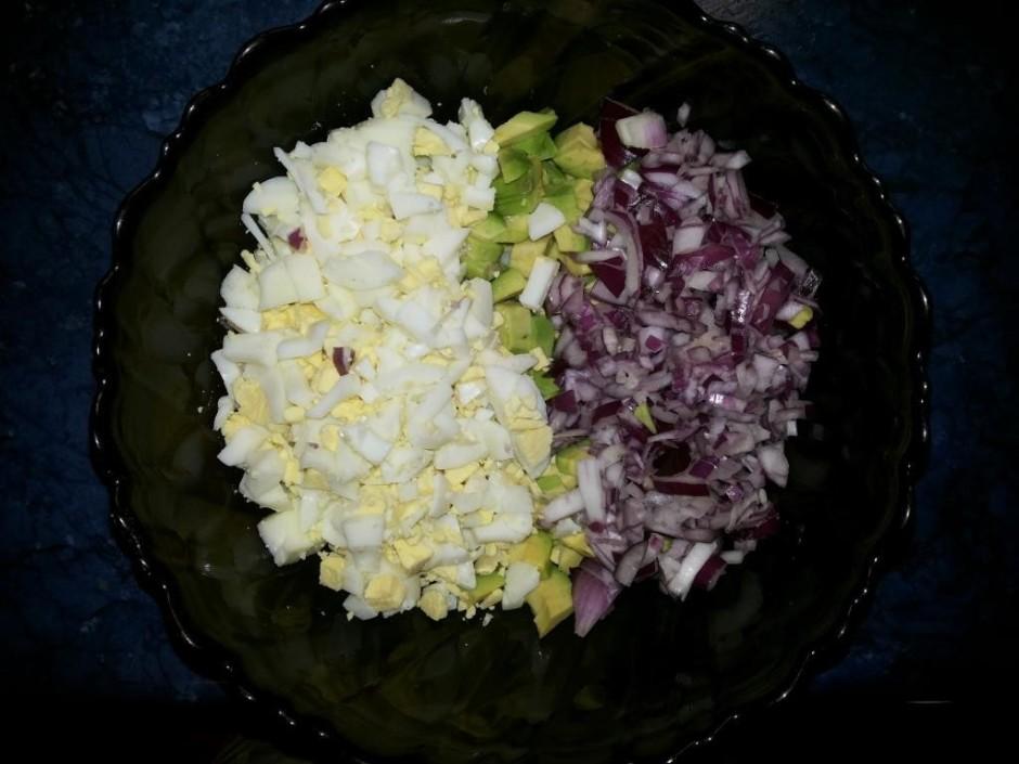 Visu saber salātu bļodā;