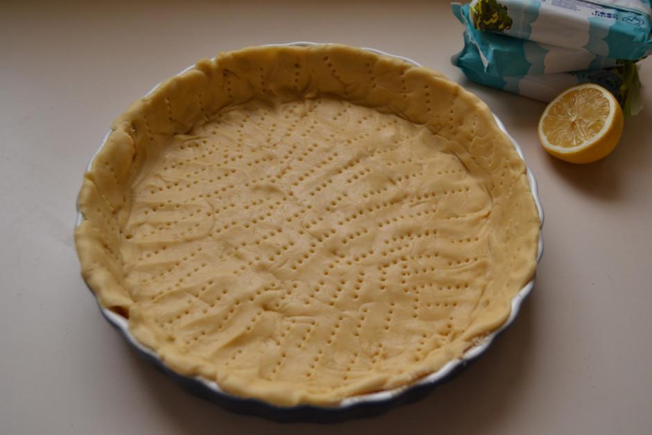 Ietaukotā pīrāgu formā izklāj smilšu mīklu, sadursta ar dakš...