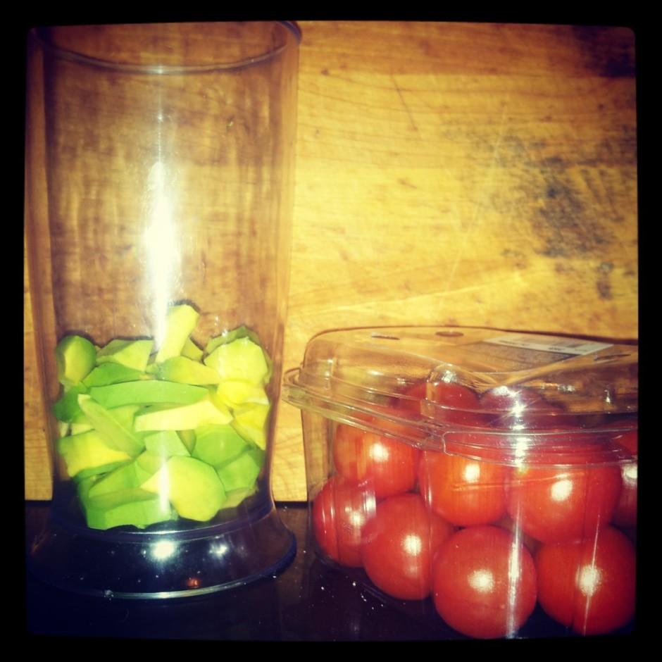 Gatavo avokado-tomātu mērci: avokado nomizo, sagriež gabaliņ...