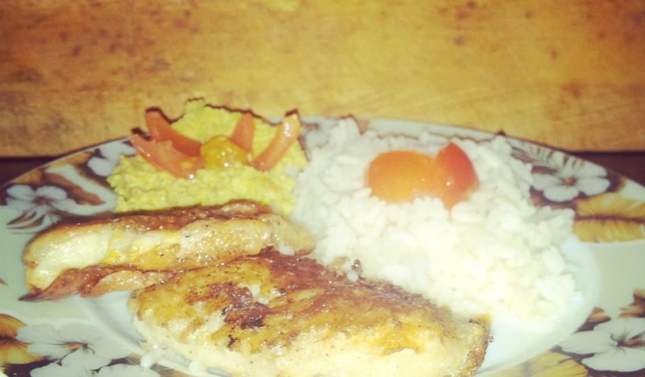 Rīsi ar avokado mērci un ceptu pangasijas fileju