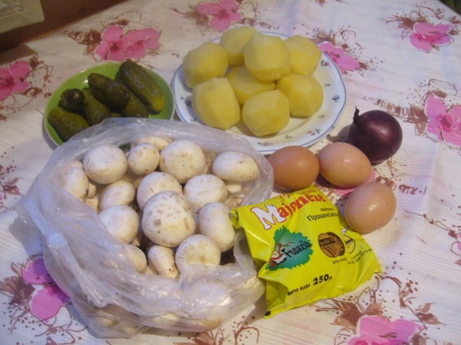 Sagatavo sastāvdaļas. Izvāra olas un kartupeļus.