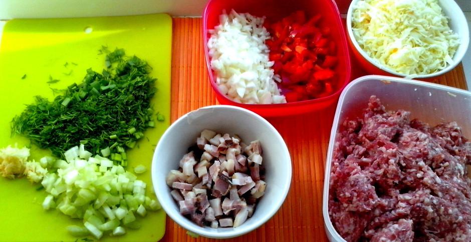 Apcep sīpolu, burkānu, papriku, seleriju un kūpinātu gaļinu....