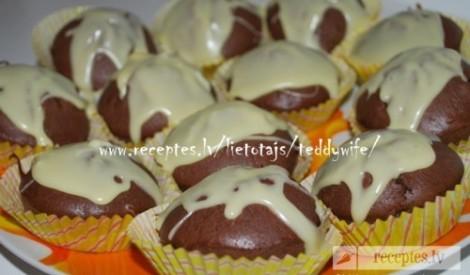 Šokolādes mafīni ar mandelēm un balto šokolādi