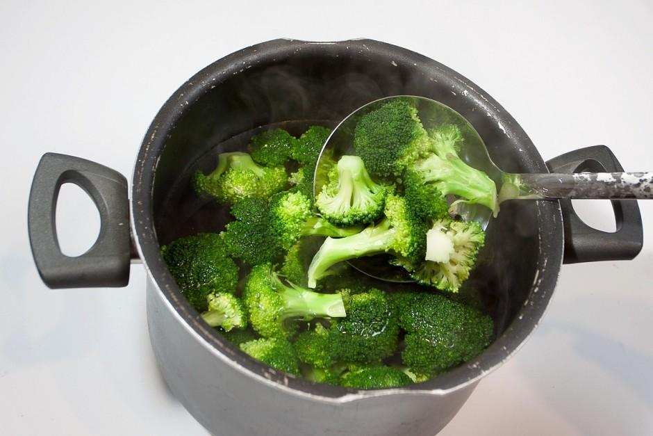 Verdošā, nedaudz sāļā ūdenī apvāra brokoļus aptuveni 1,5 - 2...