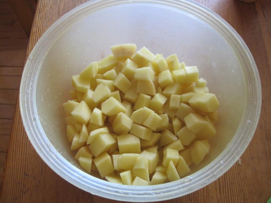 Ja garša apmierina, pievieno sagrieztus kartupeļus un vāra t...