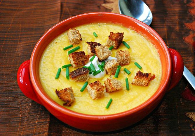 Ķirbju biezzupa ar kausētu sieru un grauzdiņiem