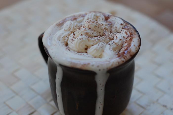 Karstā šokolāde ar putukrējumu un mandelēm