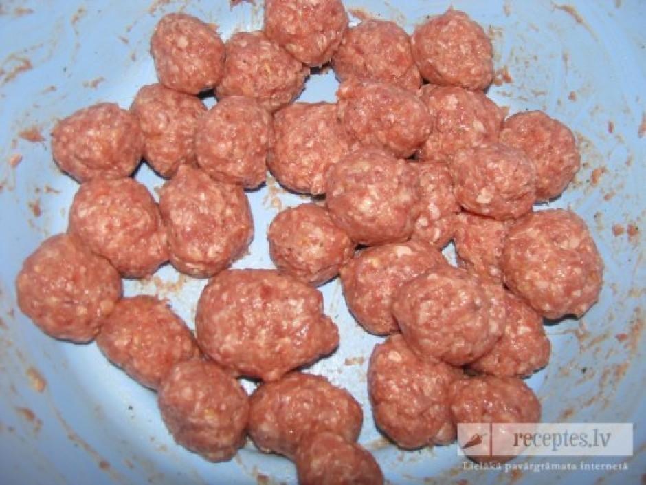 No pagatavotās gaļas masas veido kotletes, kuras apviļā rīvm...