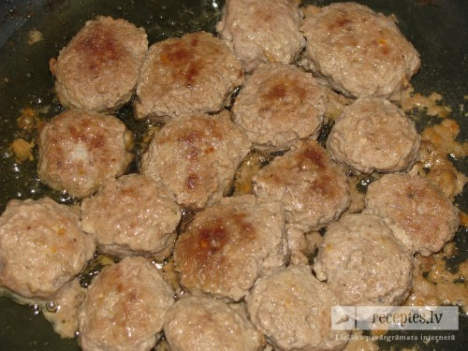 Kotletes pasniedz kopā ar ceptiem vai vārītiem kartupeļiem,...
