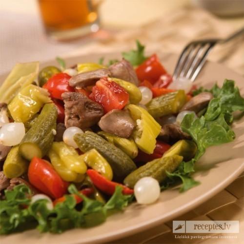 Ungāru dārzeņu salāti ar cāļu sirdīm