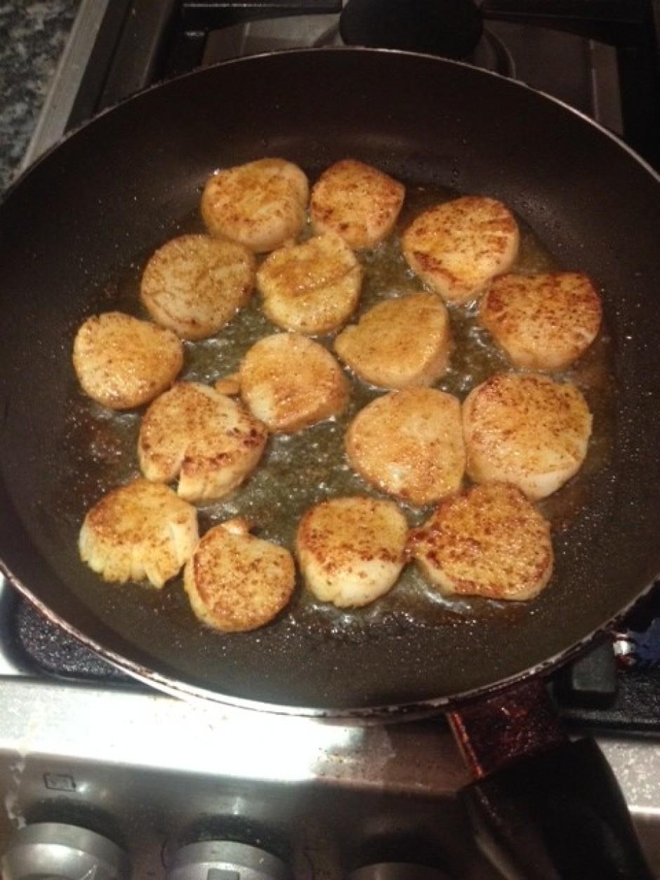 Uzkarsē pannu ar olīveļļu un cep gliemenes līdz tās ir zelta...