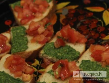 Tostē maizīte ar tomātiem un siera mērci