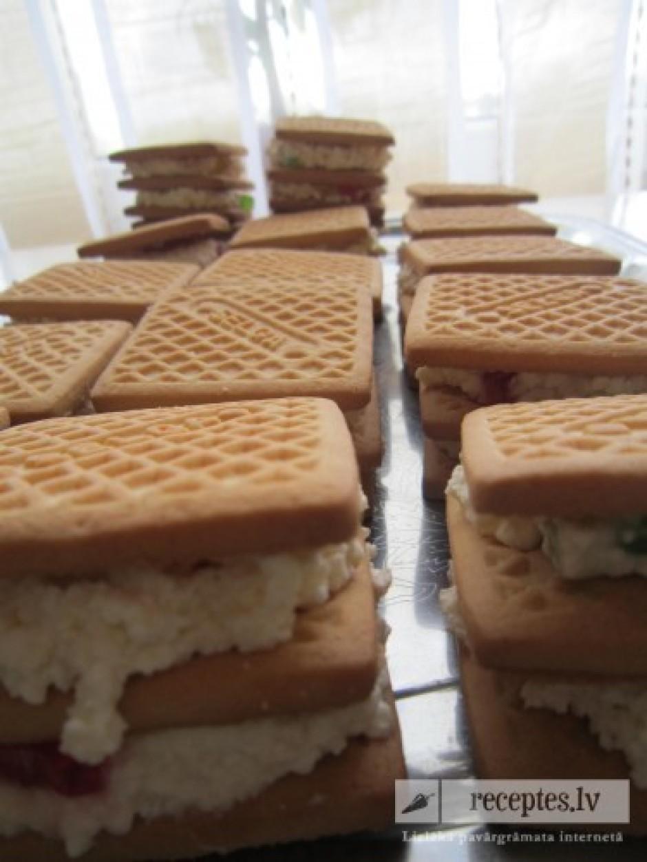 Pie biezpiena ieber marmelādi, samaisa, tad pielej saldo krē...