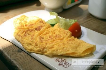 Rīsu, siera un tomātu omlete
