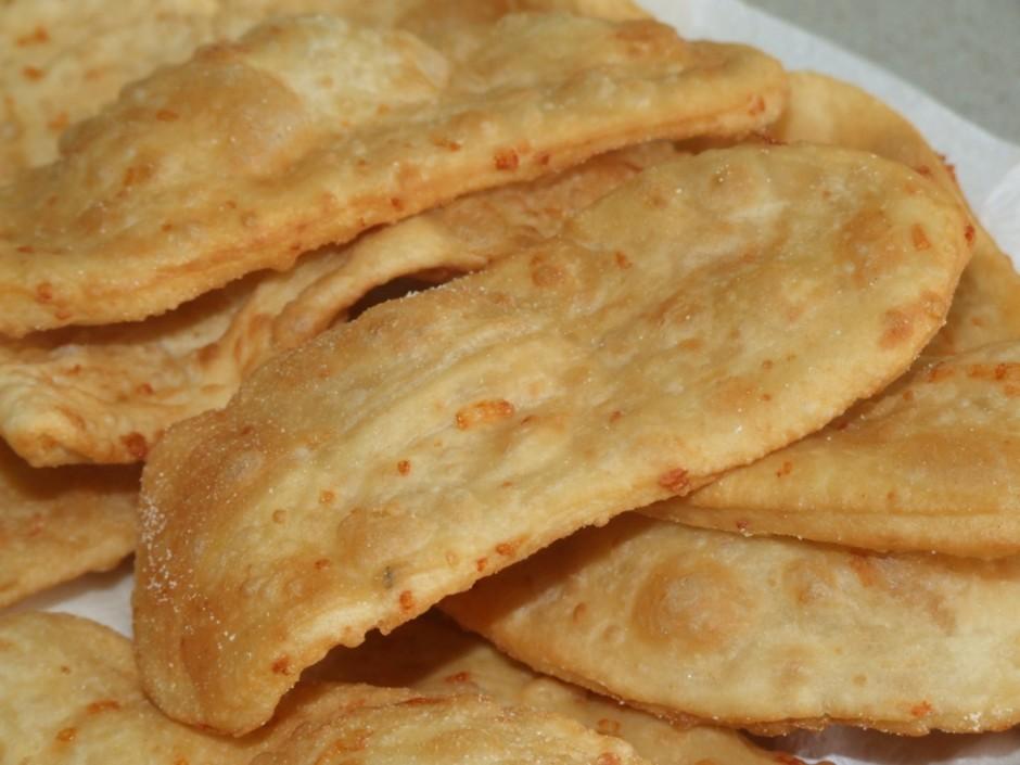 Gatavo maizi liek uz papīra salvetēm, lai atbrīvotos no liek...