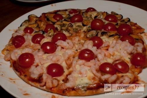 Pica ar mocarella sieru un jūras veltēm