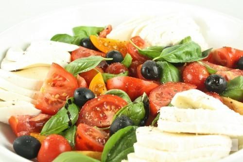 Tomātu un mocarellas salāti ar olīvām