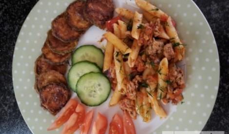 Makaroni ar malto gaļu un ceptiem kabačiem