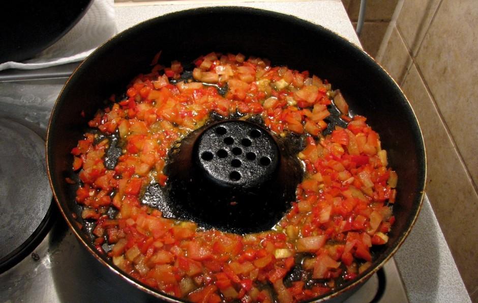 Sīki sagriež sarkano papriku un tomātus, apcep mazliet pievi...